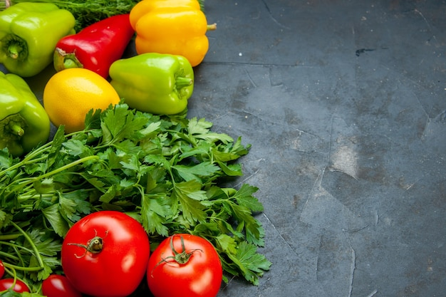 底面図野菜異なる色ピーマンレモンパセリトマト暗い表面にコピースペース