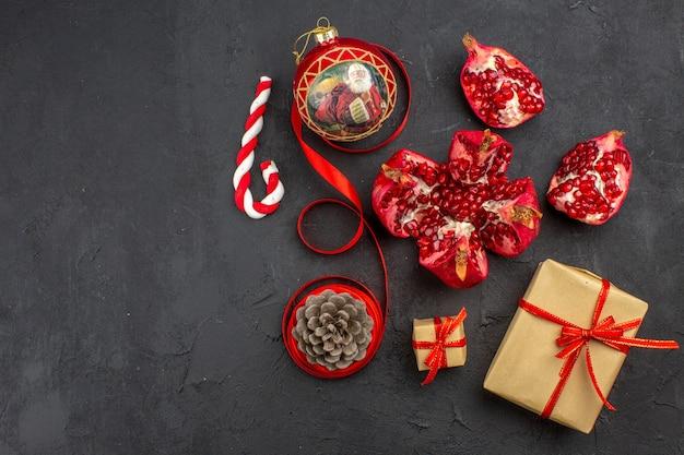 暗い背景の新聞の茶色の紙リボンクリスマスツリーおもちゃの底面図クリスマスギフト