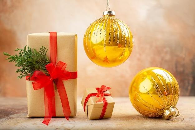 Рождественские подарки в коричневой бумажной ленте, рождественская елка, вид снизу, на газете на темноте