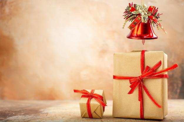 ベージュの背景に新聞の茶色の紙リボンクリスマスツリーおもちゃの底面図クリスマスギフト