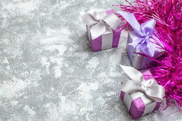 Рождественские подарки вид снизу на сером фоне