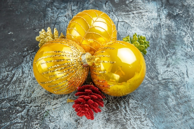 Vista dal basso palle dell'albero di natale ornamenti di natale su sfondo grigio foto di natale