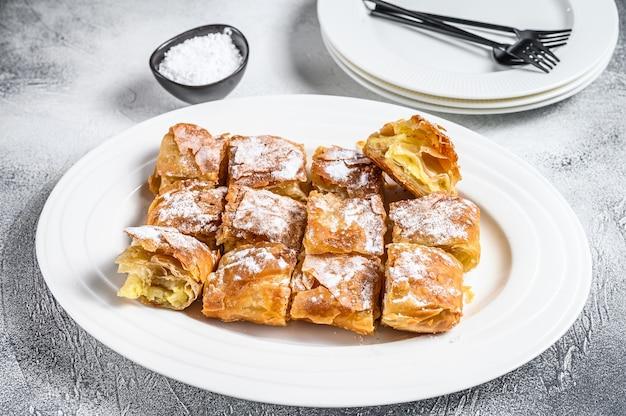 양질의 거친 밀가루 커스터드 크림을 곁들인 bougatsa 파이 패스트리.