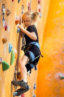 볼더링, 벽을 오르는 어린 소녀