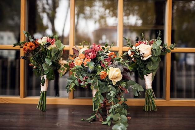 窓で結婚式のbouqeut