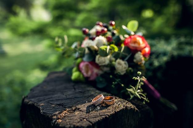 夏の森で果物bouqeut