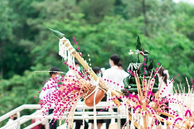 꽃다발과 바나나 잎 공예품이 준비되고 예식을 장식했습니다.