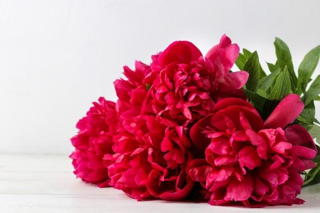 Букет красивые ярко-розовые цветы пионов на светлом фоне. крупный план