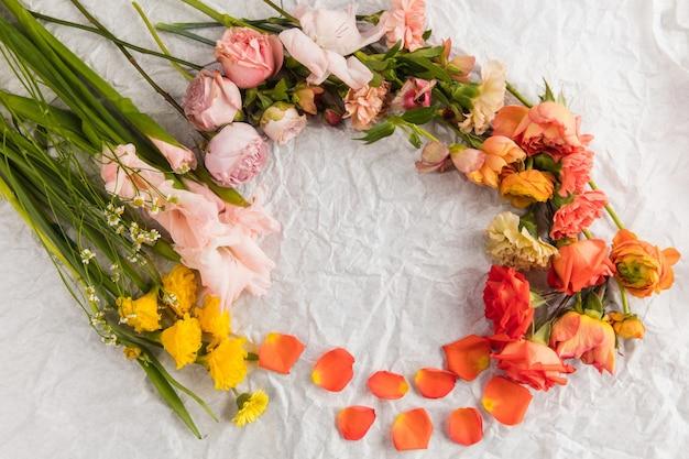 花束、美しい花のサークルフレーム構成。