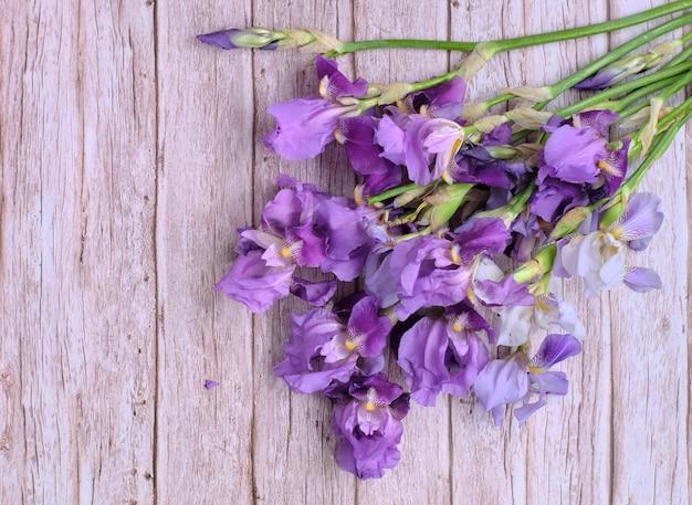 Букет собран в букет из фиолетовых ирисов.