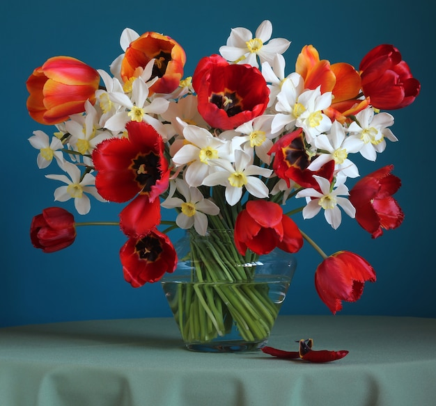 Bouquet of daffodils and tulips on the table.