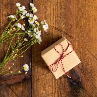 Bouquet di fiori con piccolo regalo