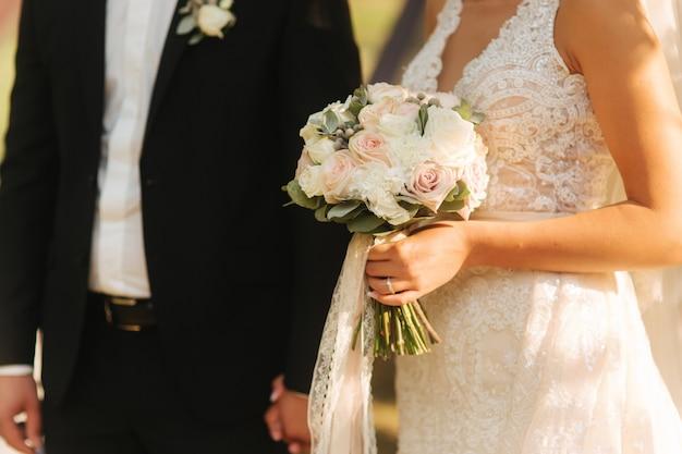 신부의 손에 꽃다발 그의 아내와 신랑 중반 celection