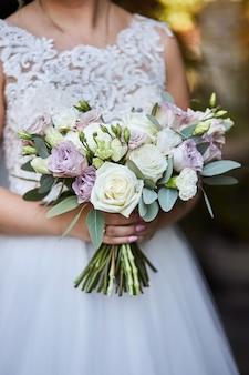 신부 손에 꽃다발, 결혼식 전에 준비하는 여자