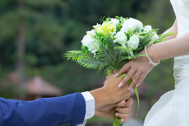 신부 손에 꽃다발