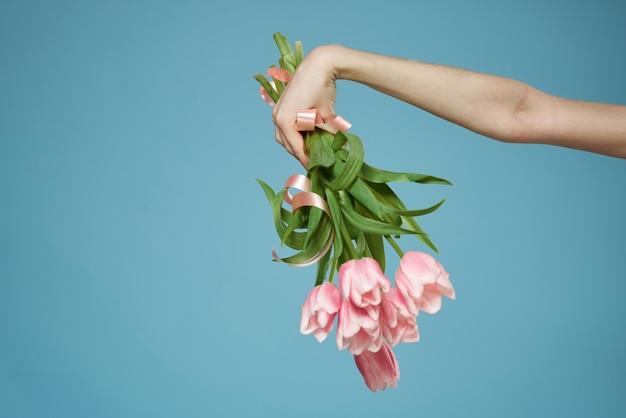 ギフトの休日と女性の手の花束
