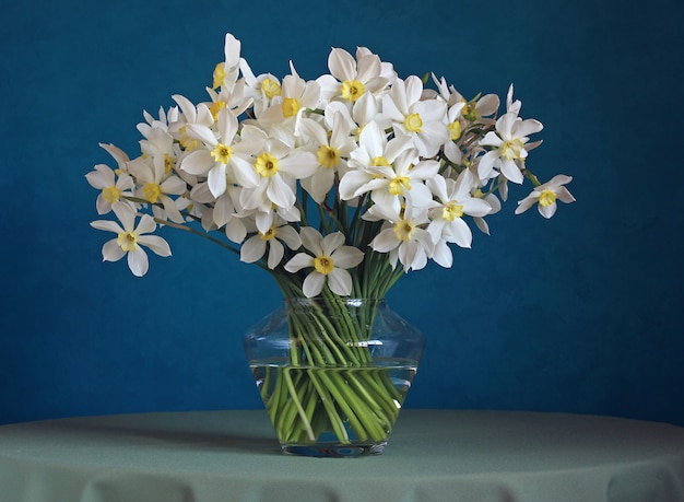 Bouquet of narcissuses in a glass vase.