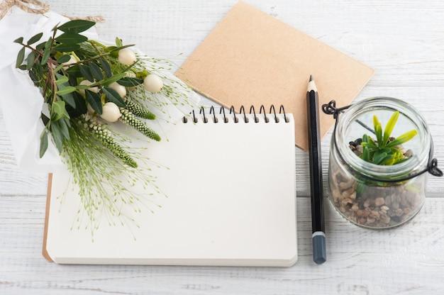 花束、ノート、クラフト封筒
