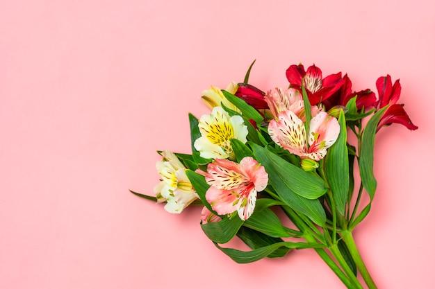 ピンクで分離されたアルストロメリアの花の花束
