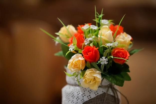 인공 꽃 장미와 물망초의 꽃다발. 인공 꽃