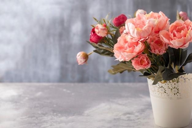 コピースペースのある造花の花束