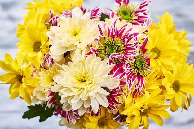 가을 국화 꽃다발입니다. 여성을 위한 아름다운 선물.