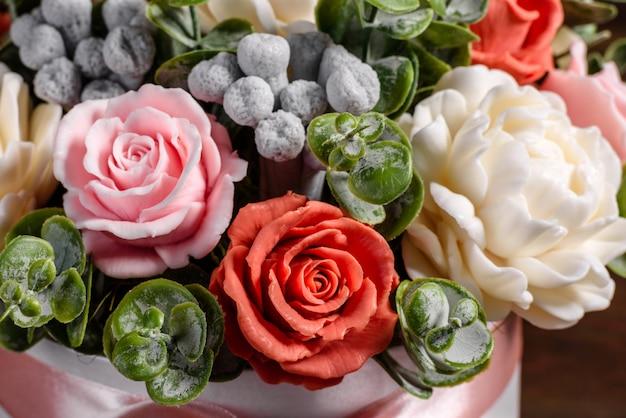 ギフトの円筒形の段ボール箱に美しい明るいバラの花の花束