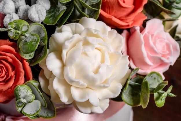 Букет красивых ярких розовых цветов в подарочной цилиндрической картонной коробке.