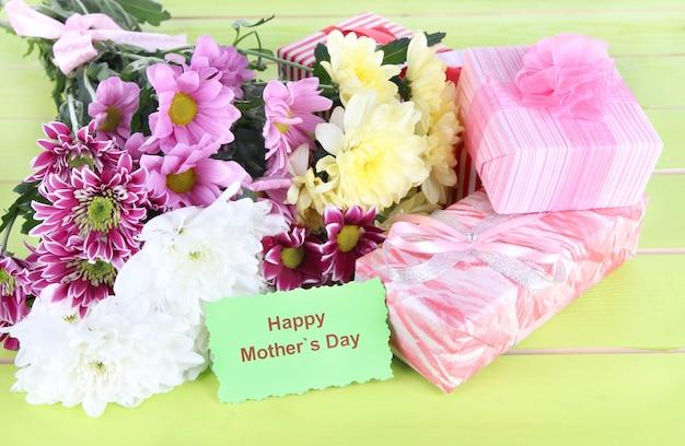 テーブルのクローズアップの美しい菊の花束