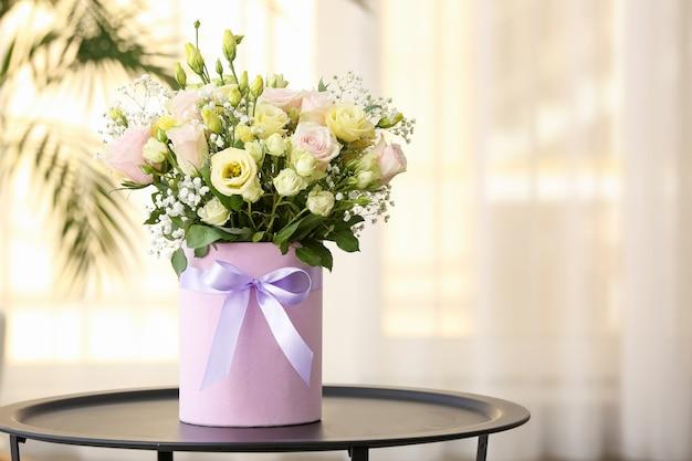테이블에 아름 다운 꽃의 꽃다발