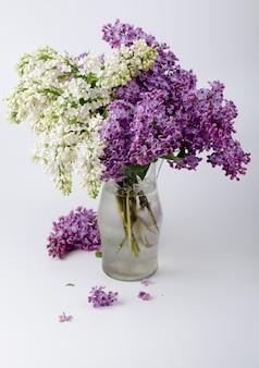 Букет красивых свежих сиреневых цветов.