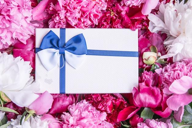 ギフトボックス付きの美しいピンクの牡丹の花束休日のバレンタインデーのグリーティングカード