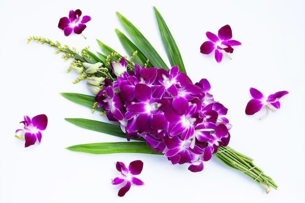 白い表面に分離された美しい紫色の蘭の花の花束
