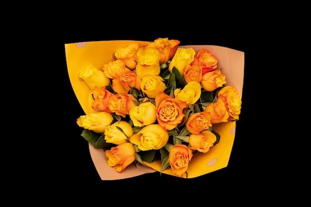 上から見た美しいバラの花束。黒の背景に分離。 orn、yellow。高品質の写真