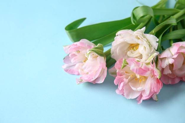 色の美しいチューリップの花束