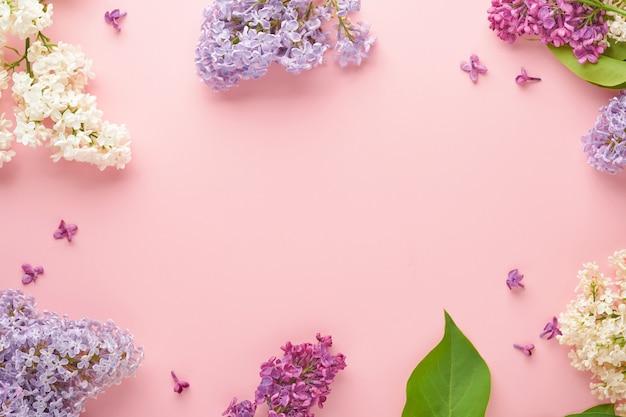 분홍색 배경에 아름다운 흰색과 보라색 라일락의 꽃다발. 평면도. 결혼식, 행복한 여성의 날, 발렌타인, 어머니의 날을 위한 모란이 있는 축제 인사말 카드.