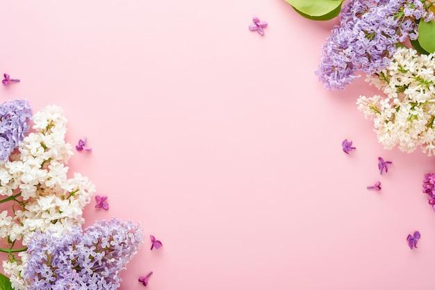 Букет красивой белой и фиолетовой сирени на розовом фоне. вид сверху. праздничная открытка с пионом для свадьбы, счастливого женского дня, дня святого валентина и матери.