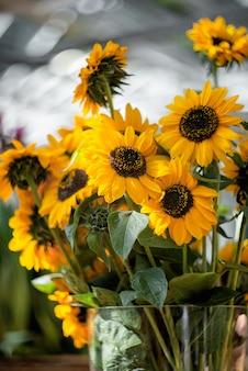 花瓶に咲くひまわりの花束