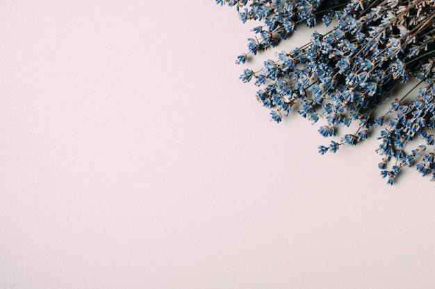 青い花の花束