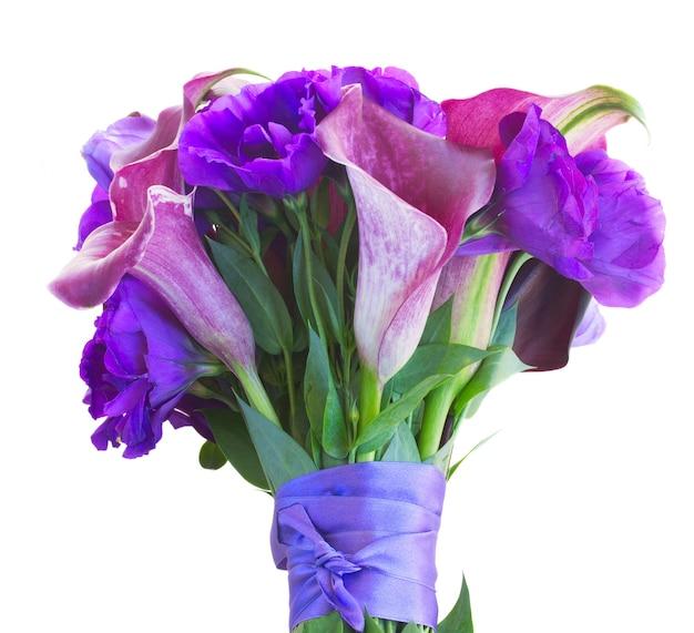 흰색 절연 칼라 릴리와 eustoma 꽃의 꽃다발