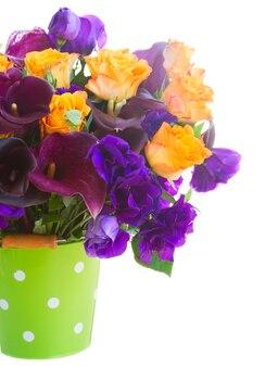 녹색 냄비에 칼라 릴리, 장미와 eustoma 꽃의 꽃다발은 흰색에 고립 닫습니다