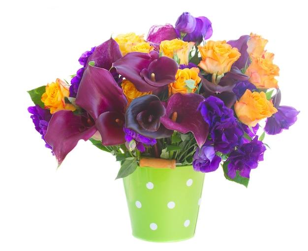 화이트 절연 녹색 냄비에 칼라 릴리, 장미와 eustoma 꽃의 꽃다발