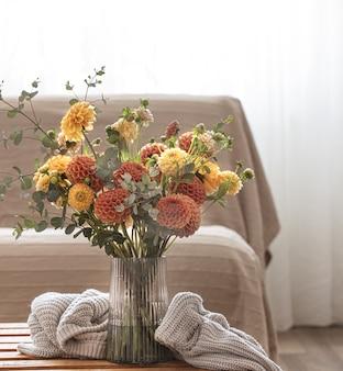 部屋のコピースペースの内部の花瓶に菊の花束