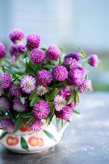 花瓶にクローバーの花束