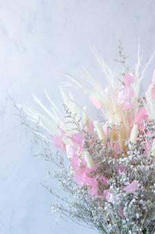 カラフルなドライフラワーの白とピンクと白のスパイクの花束