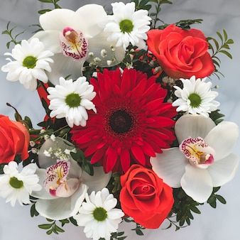 色とりどりの花の花束。アートギフトカード、トップビュー。