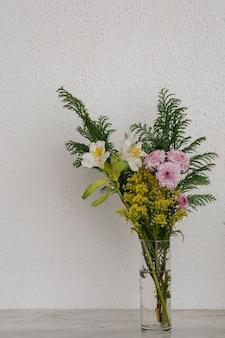 Букет ярких цветов с винтажным фоном на мраморной основе