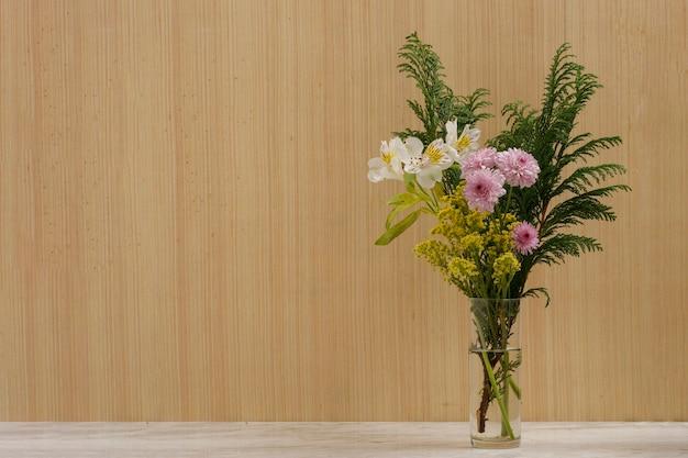 Букет ярких цветов с винтажным деревянным фоном на мраморной основе