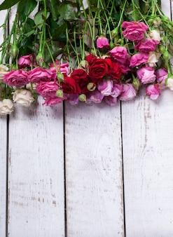 Букет из красочных маленьких роз. праздничный день святого валентина.