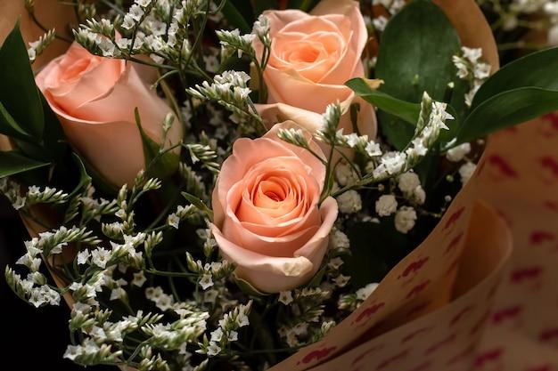 カラフルなバラの花束紙の背景お誕生日おめでとうバレンタインデーまたは女性の日のコンセプト